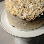 Tårta med smak av pepparkaka, saffran och lingon