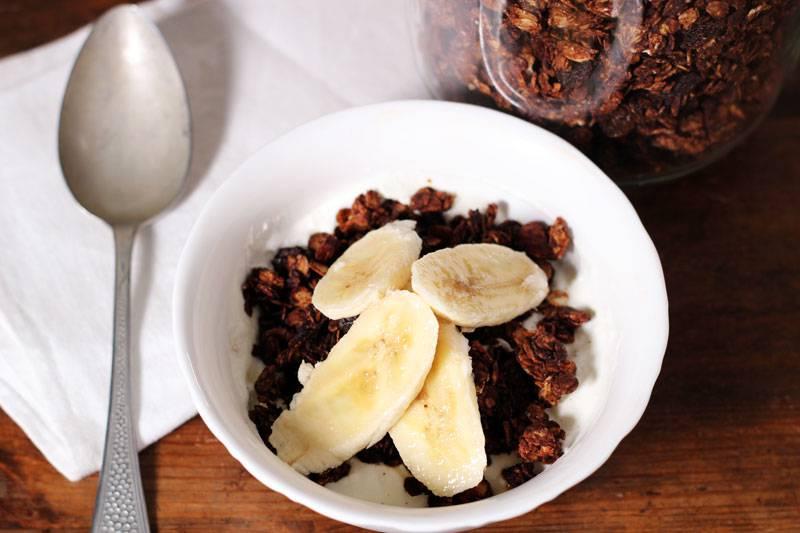 Egen granola med choklad, serverad med turkisk yoghurt och banan