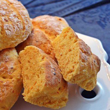 bröd med morötter och keso