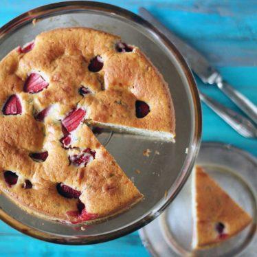 mjuk kaka med jordgubbar och basilika