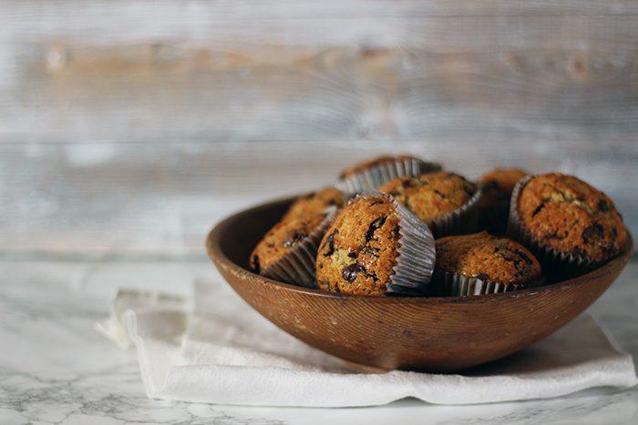 muffins med chokladknappar i träskål