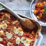 gratängform med gnocchi, salsiccia, tomatsås och mozzarella